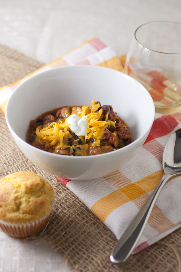 This clean eating chili recipe is super easy thanks to its slow cooker preparation. Great for potlucks and entertaining. This also makes a simple dinner recipe with plenty of extras for meal prep #recipe #healthy #healthyrecipes #cleaneating #dinner #dinnerrecipes #weightloss