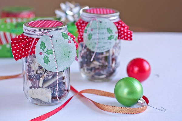 heres a super easy tutorial on how to festively decorate a mason jar for gift giving - Christmas Jar Decorations