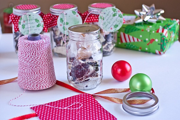Easy DIY Holiday Mason Jar Decoration {Tutorial}