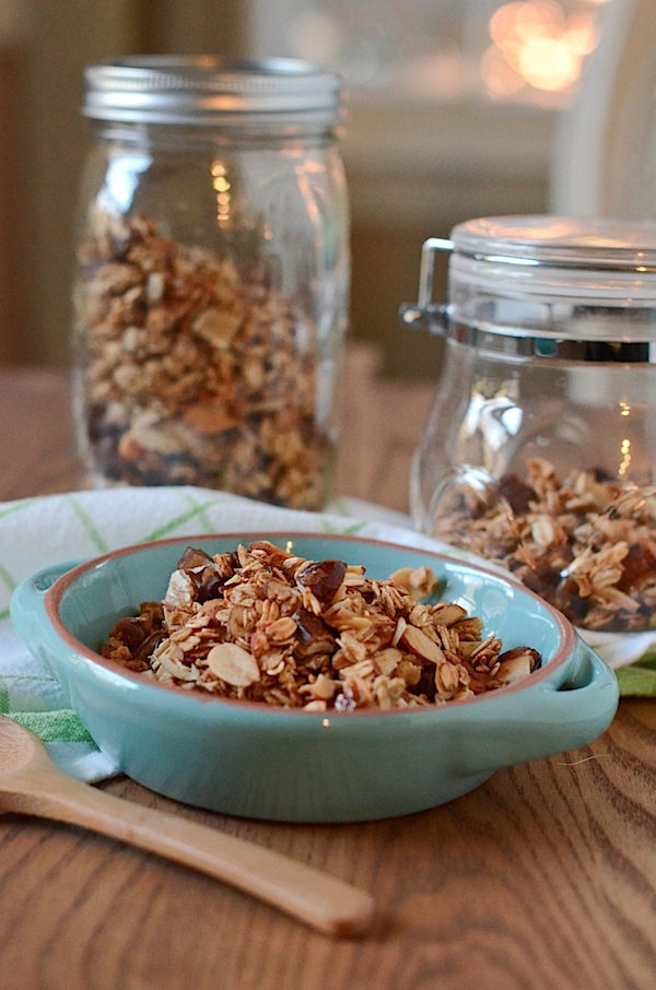 Healthy Granola Recipe: Maple Cinnamon Date Almond (Oil-Free and Only 6 Ingredients)