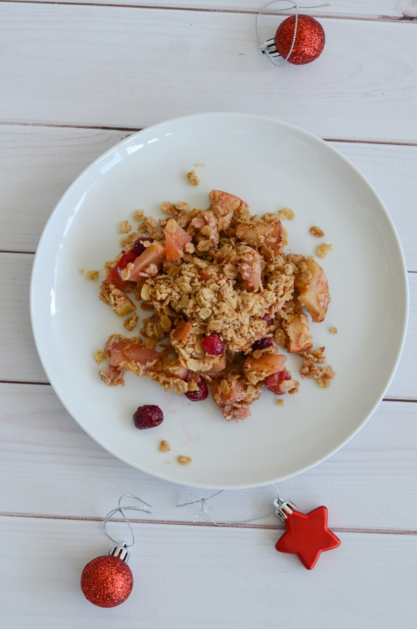Holiday desserts can be delicious and healthy at the same time! Try this Healthy Cranberry Apple Crisp Recipe for an easy clean eating dessert recipe with nutritious fruit goodness. #recipe #healthy #healthyrecipes #healthyfood #cleaneating #realfood #vegan #veganrecipe #christamas #thanksgiving #holidayfood