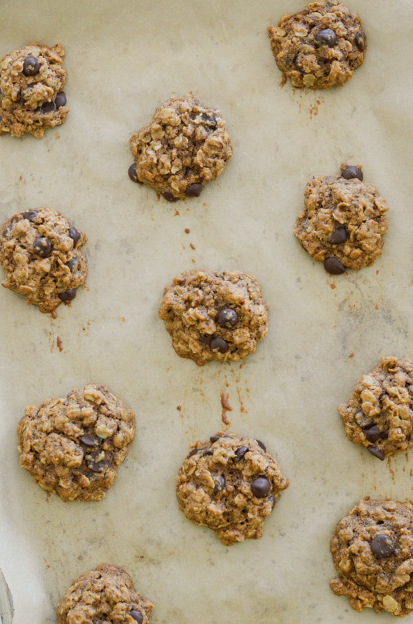 Healthy cookies - NO weird substitutions! You'll love these Healthy Dark Chocolate Tahini Oatmeal cookies. This clean eating dessert recipe is easy and delicious. Yay for a healthy cookie recipes! #recipe #healthy #healthyrecipes #cleaneating #realfood #vegan #vegetarian #dessert #cookies #healthycookies